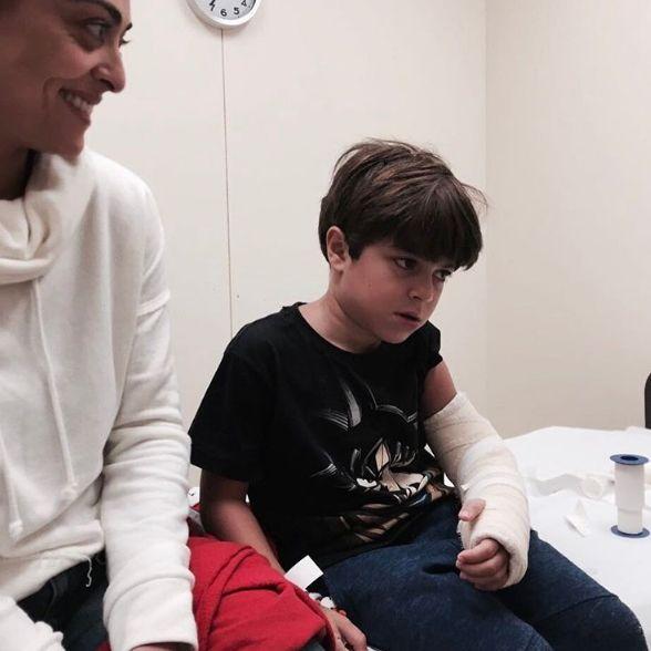 Juliana Paes mostra ódio do filho por braço imobilizado