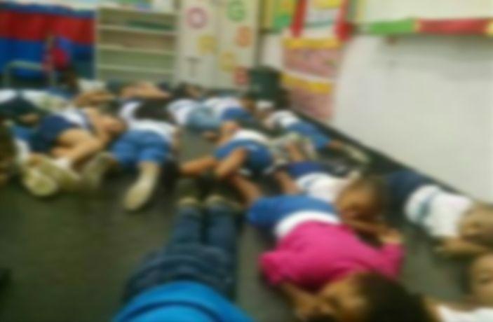 Crianças se protegem deitando em chão de CIEP na Tijuca