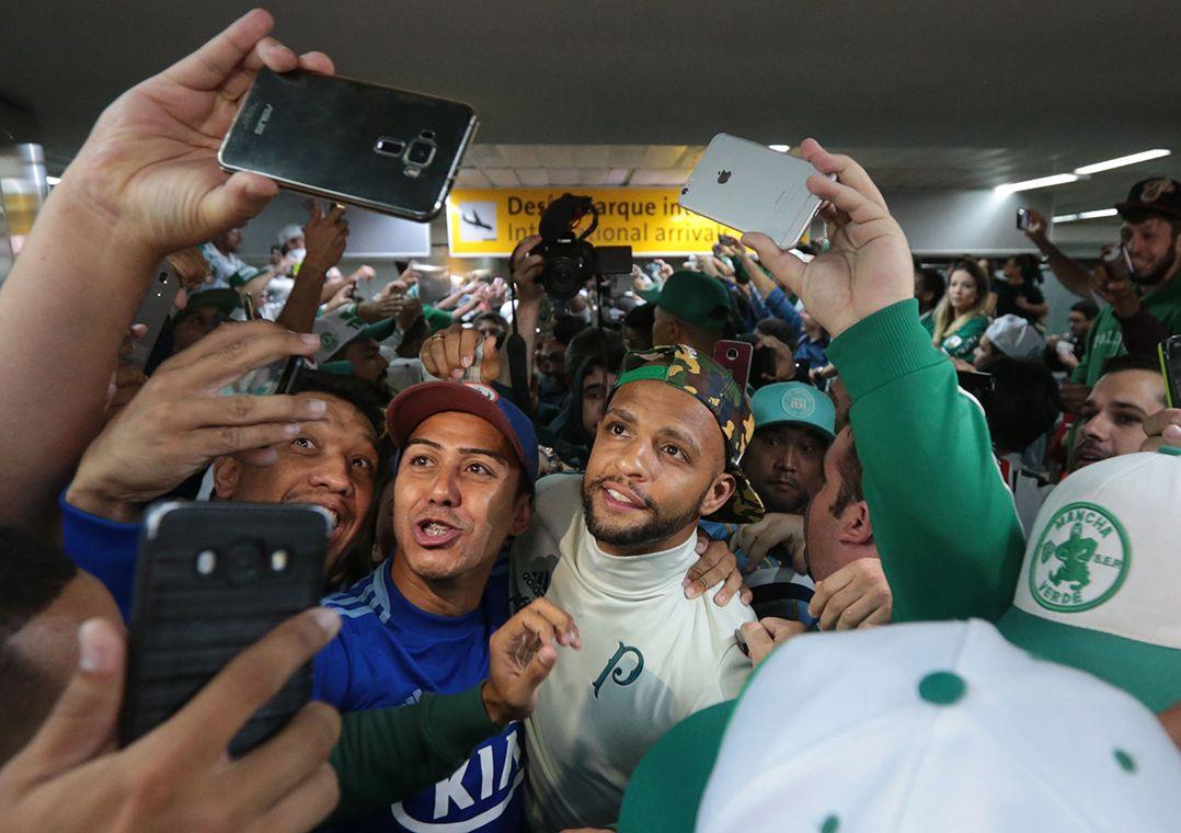 Torcida faz festa para elenco e seguranças do Palmeiras
