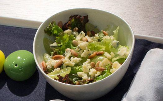 Salada com pinoli e molho cítrico