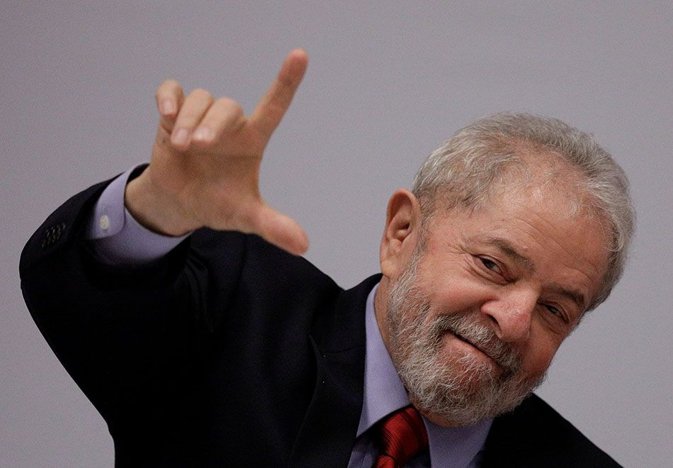 Lula posta fotos de Moro cumprimentando Temer e conversando com Aécio