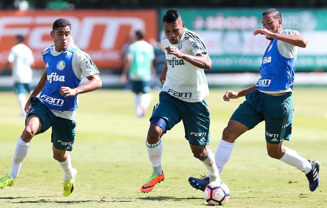 Borja (centro) pode ficar de fota do jogo desta quarta (Foto  Cesar  Greco FotoArena Estadão Conteúdo) 90c1893e0f45b