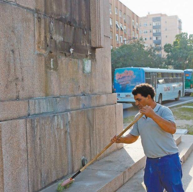 Funcionário da prefeitura recolheu granito para usar numa eventual reconstituição da obra / João Mattos/Especial