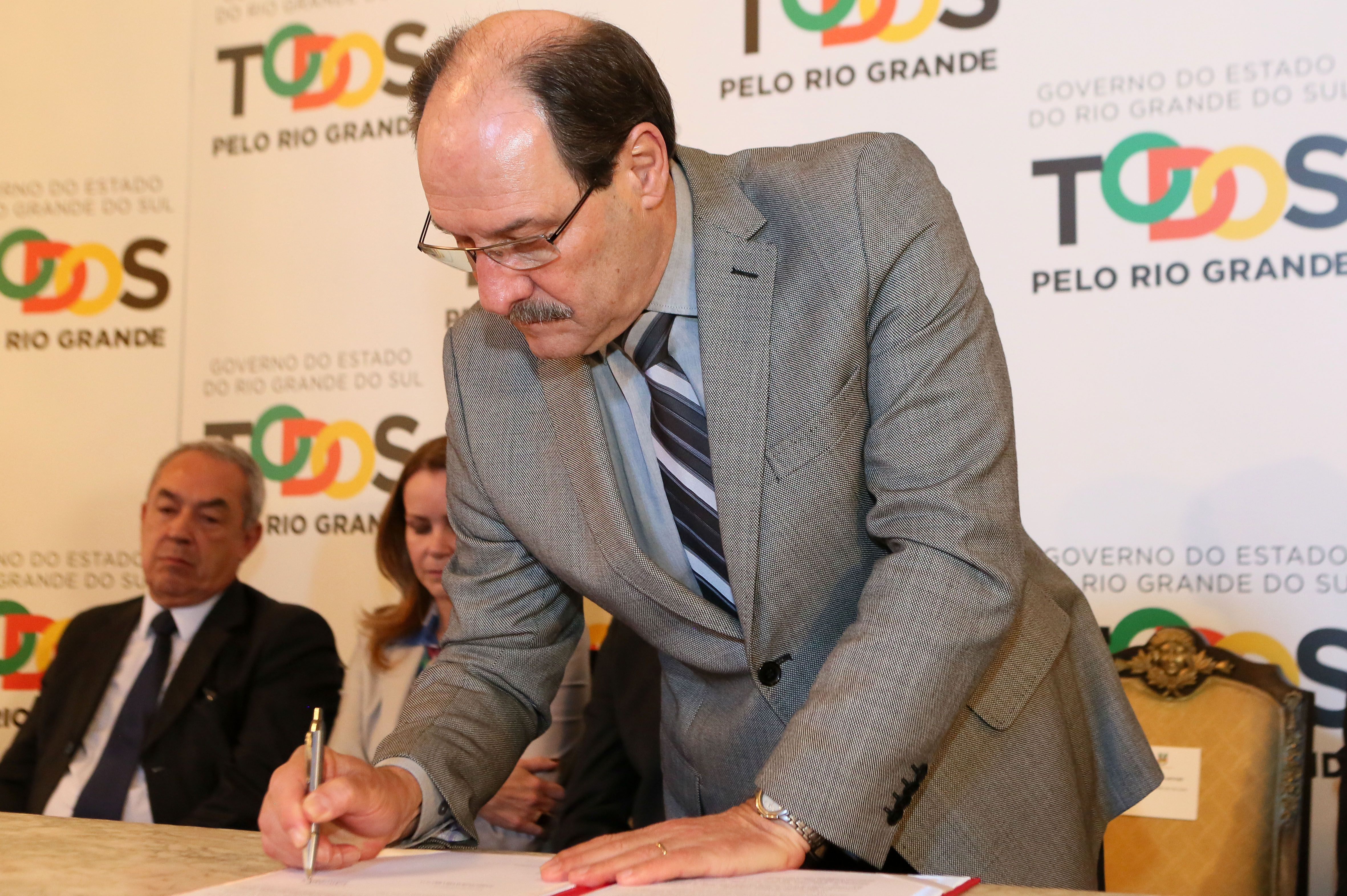 Sartori assinou o decreto que regulamenta a Política de Dados Abertos no Estado / Luiz Chaves/Palácio Piratini