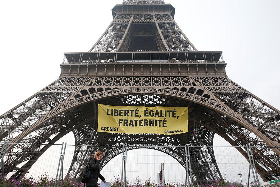 França: Greenpeace protesta na Torre Eiffel antes da eleição