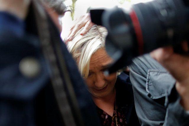 Em protesto, ativistas jogam ovos em Marine Le Pen