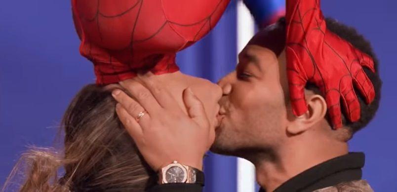 John Legend e Chrissy Teigen reencenam beijo do Homem-Aranha