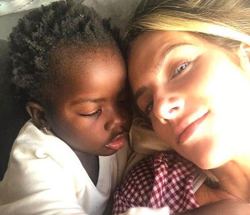 Giovanna Ewbank posa com Titi na cama