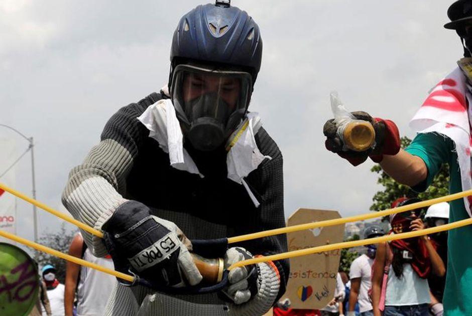 Venezuela: manifestantes atiram frascos com fezes em soldados