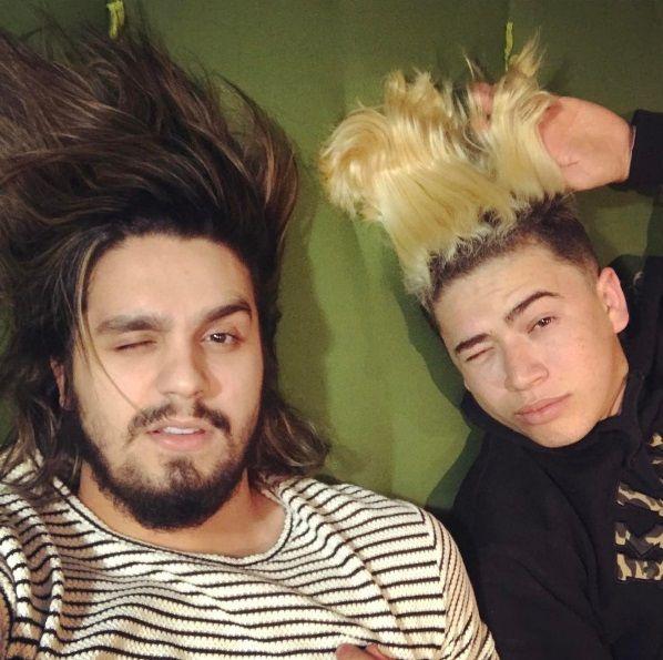 Luan Santana posta foto deitado com Whindersson