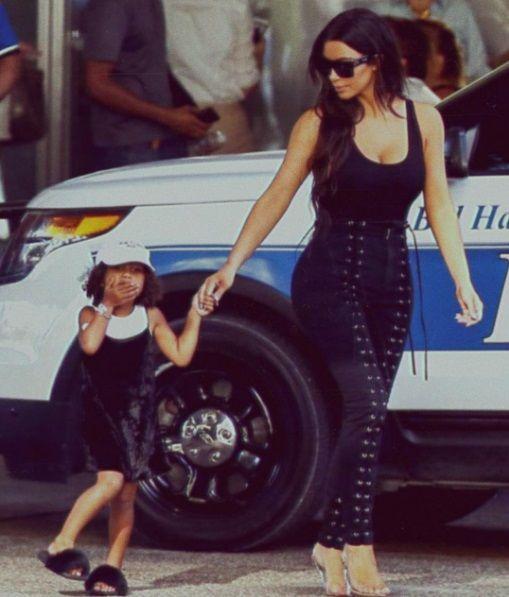 Filha de Kim Kardashian, North West briga com paparazzi