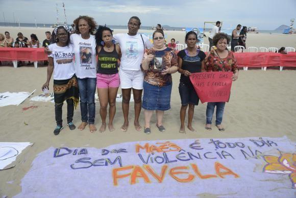 Mães de favelas protestam contra violência na Praia de Copacabana