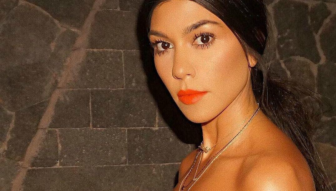 Kourtney Kardashian posta foto nua na web; veja