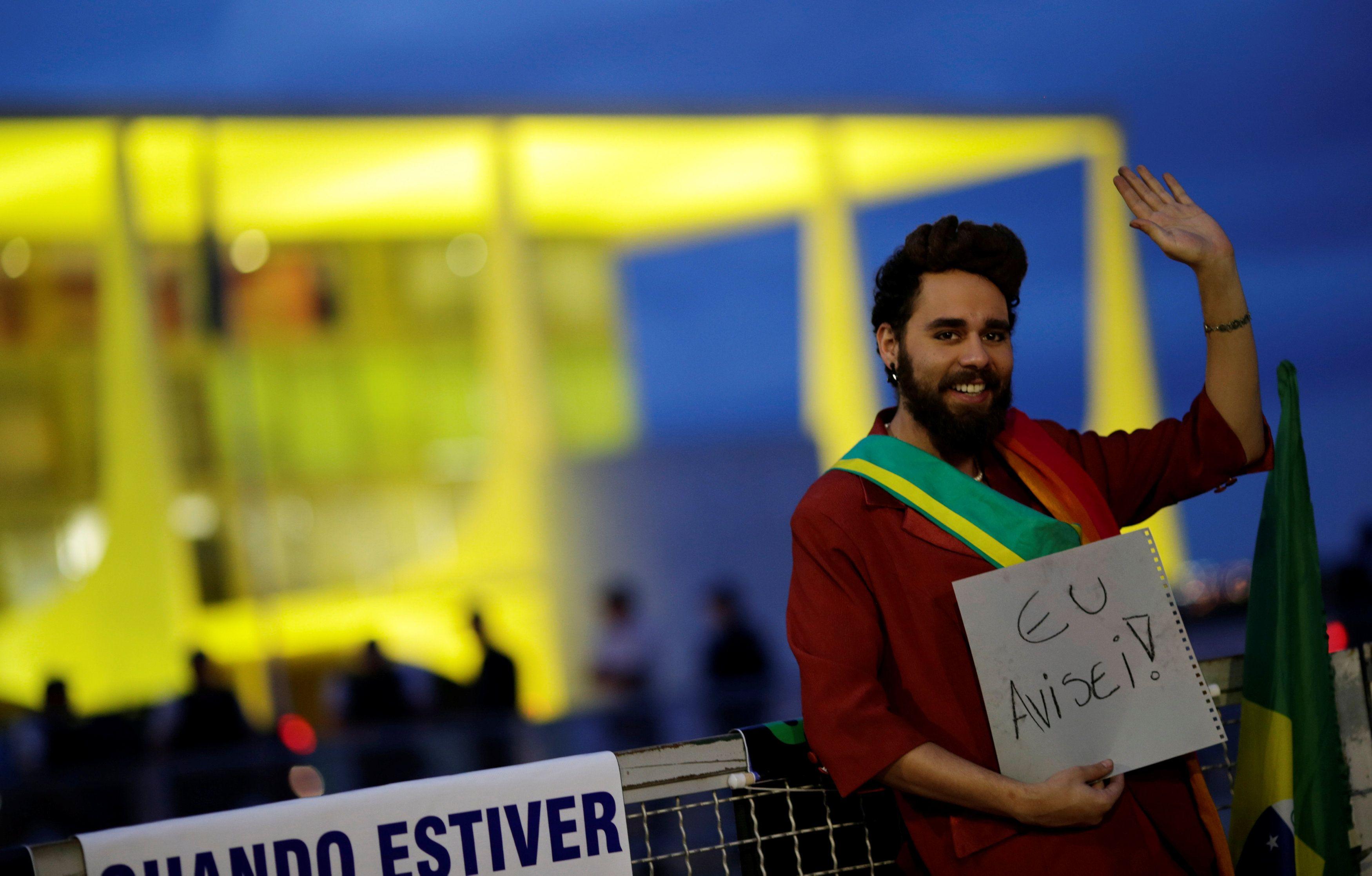 Manifestantes vestido de Dilma em frente ao Planalto