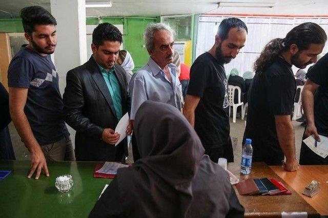 Iranianos vão às urnas em eleições presidenciais