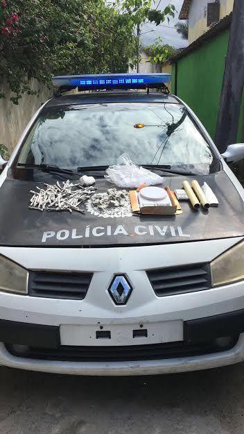 Agentes apreenderam 105 trouxinhas de maconha, 150 gramas de cocaína e balanças de precisão. / PCERJ