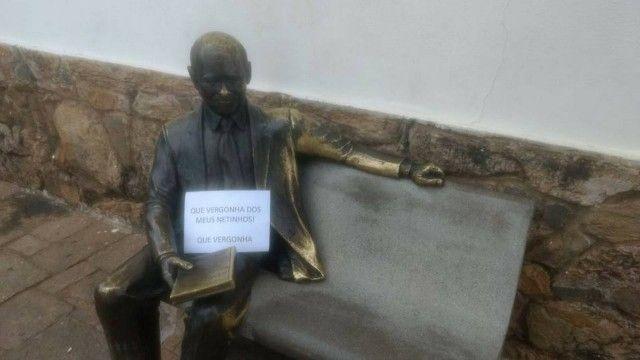 Estátua de Tancredo Neves em sua natal São João del-Rei ganhou placa em forma de protesto / Reprodução/Facebook