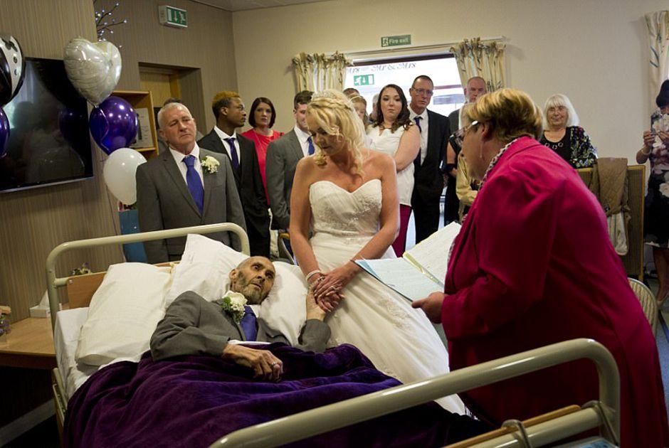 Homem com câncer terminal se casa em hospício
