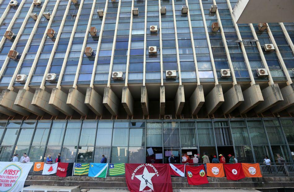 Sem-terra ocupam prédio do Incra em Brasília