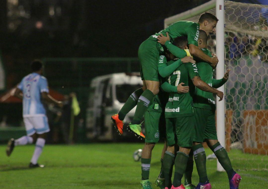 Chape vence o Avaí e assume a liderança do Brasileirão