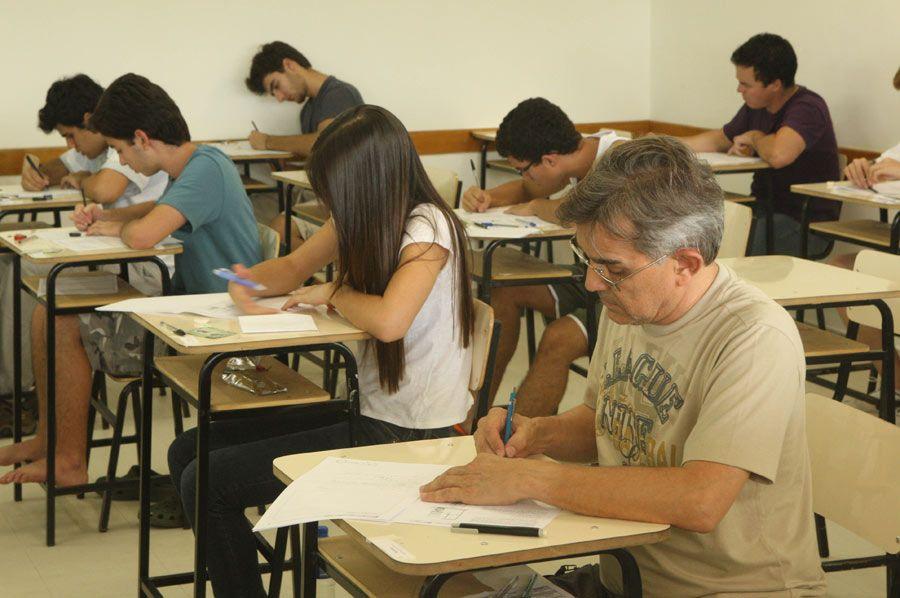 Prova do Enem é longa, por isso, estudantes devem relaxar na véspera do exame, diz professor  / Daniel Iglesias/AE