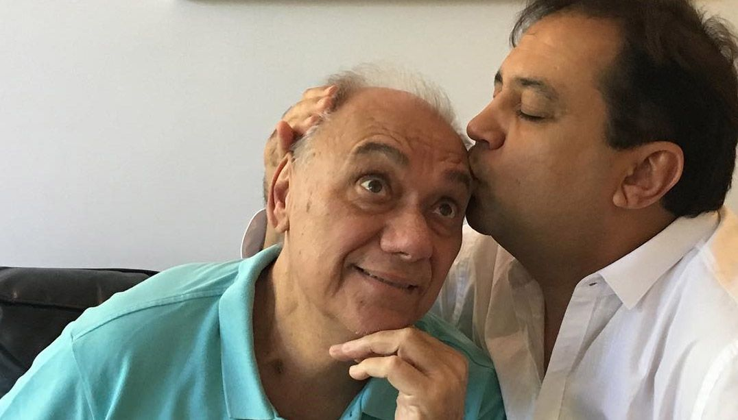 Geraldo Luis visita Marcelo Rezende e posta foto beijando o amigo