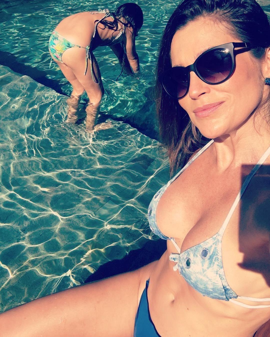 Flávia Alessandra curte piscina com a filha