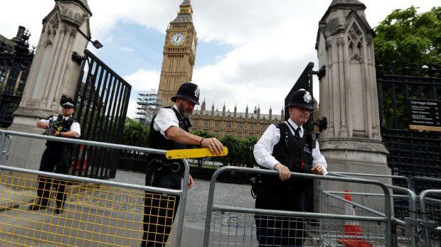 Homem é detido com faca perto do Parlamento britânico