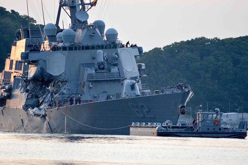 USS Fitzgerald avariado pela colisão
