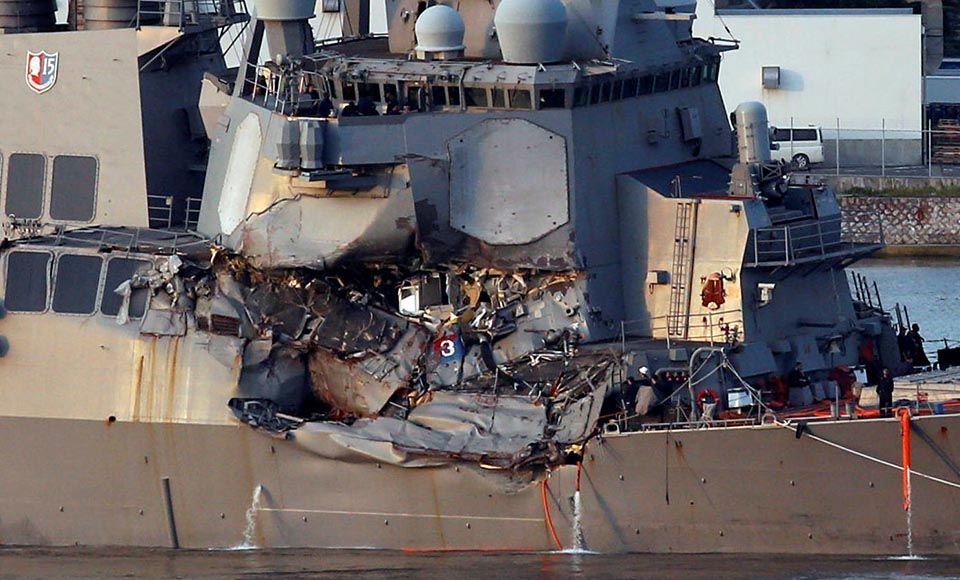 Destroier dos EUA colide com cargueiro no Japão