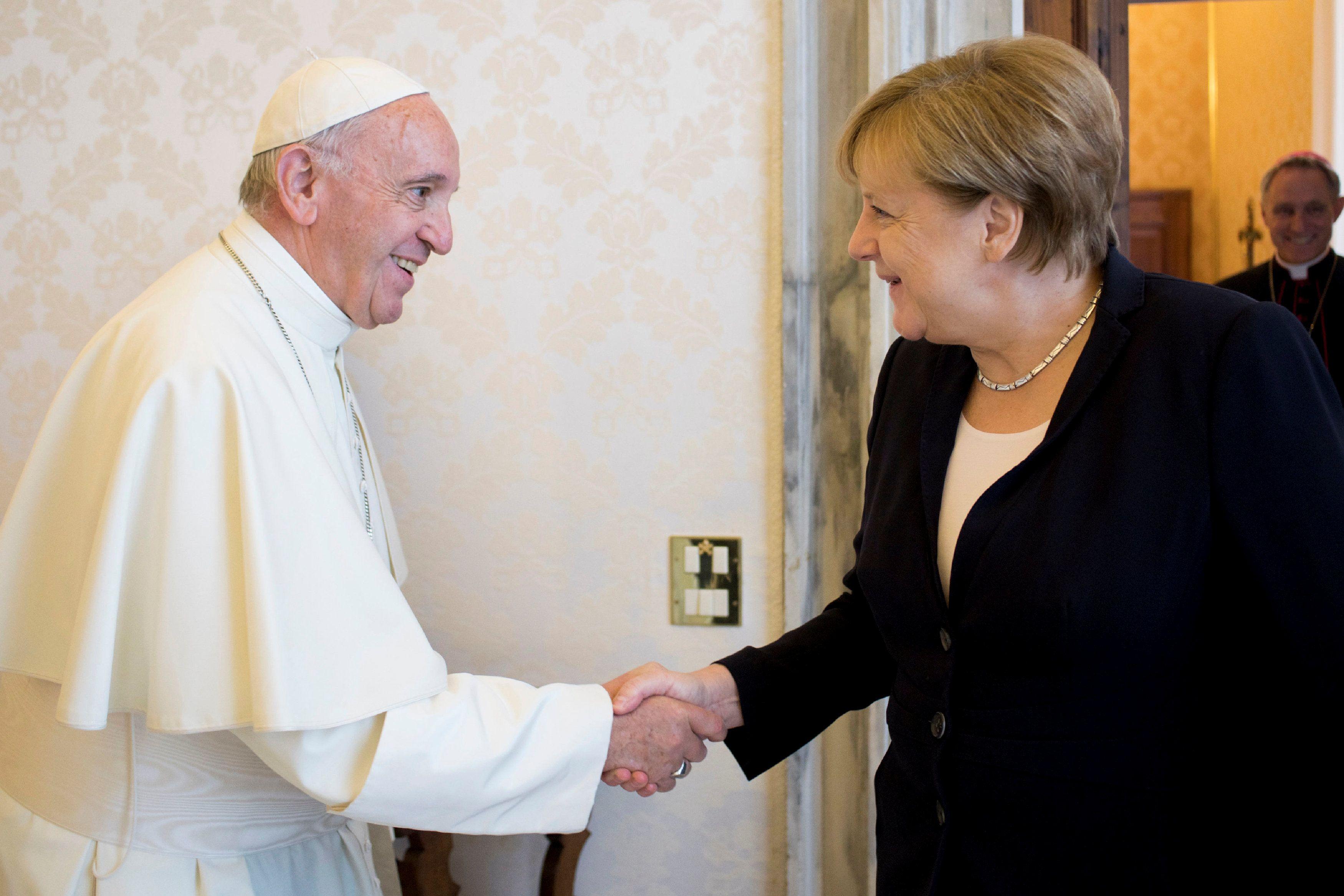 Papa recebe a chanceler Angela Merkel no Vaticano  / Osservatore Romano/via Reuters