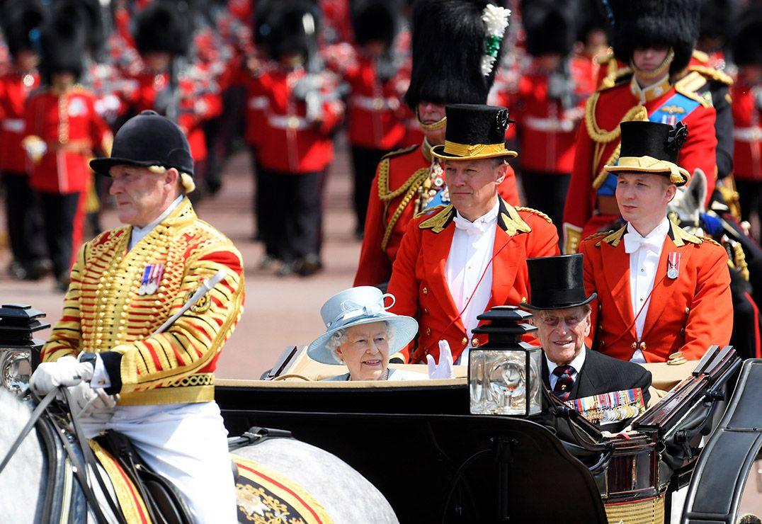 George e Charlotte roubam a cena na sacada do palácio de Buckingham