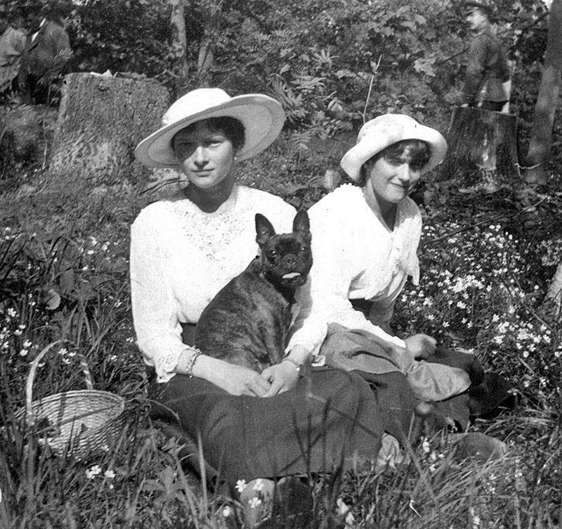 Nesta foto, as princesas Tatiana e Anastassia descansam no jardim