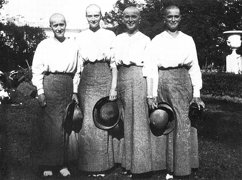 As quatro princesas ¿ Anastassia, Tatiana, Olga e Maria ¿ não tiveram a cabeça raspada pelos revolucionários. Elas fizeram isso porque seus cabelos cr