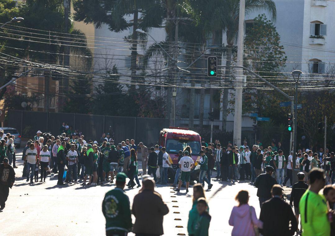 Confronto entre torcedores de Coritiba e Corinthians aconteceu na manhã do último domingo / Geraldo Bubniak/Agb/Estadão Conteúdo