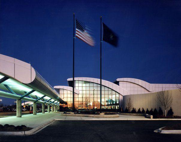 EUA: Aeroporto no Michigan é evacuado após agente ser esfaqueado