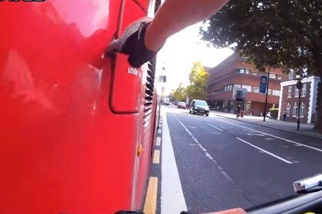 Ciclista se vinga de motorista e desliga ônibus em Londres
