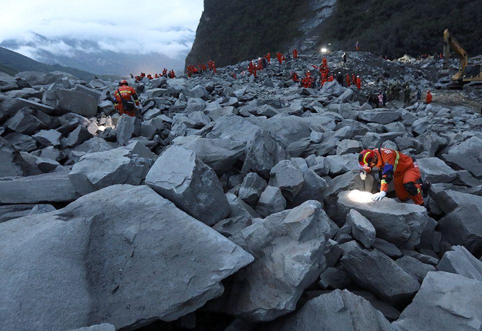 Equipe encontra 15 corpos após deslizamento na China