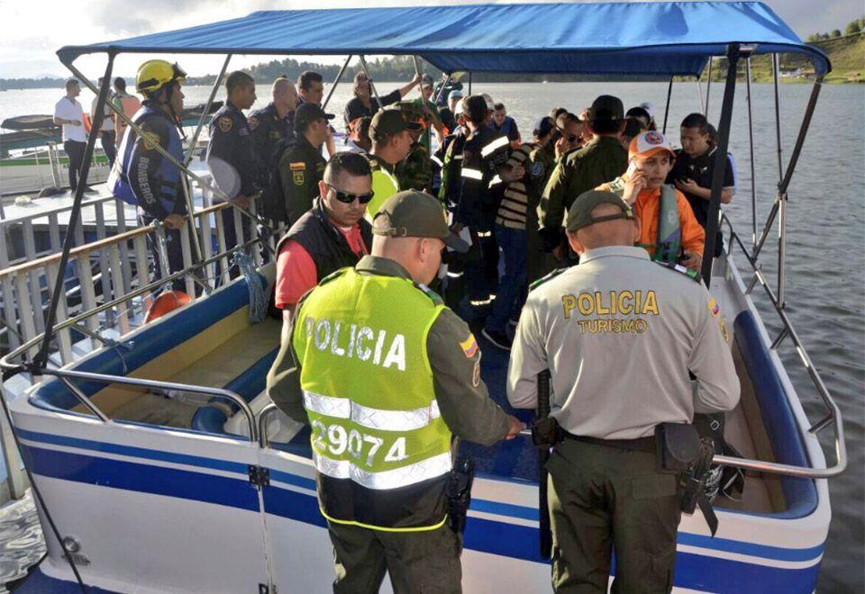 Embarcação com 150 turistas naufraga na Colômbia