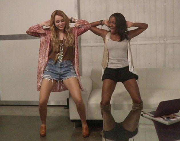Miley Cyrus e Jen Talarico dançando o Rebolation