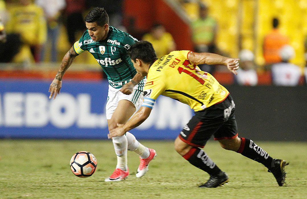 Dudu sofreu com a marcação equatoriana (Foto  Carlos Noriega Reuters) 732532edd8ced