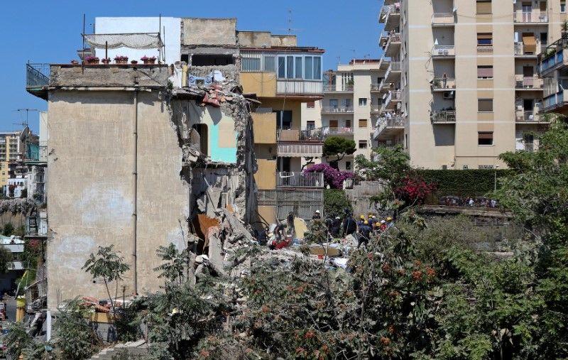 Socorristas retiram 8 corpos de prédio que desabou na Itália