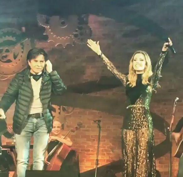Em show, Sandy canta Evidências com Xororó