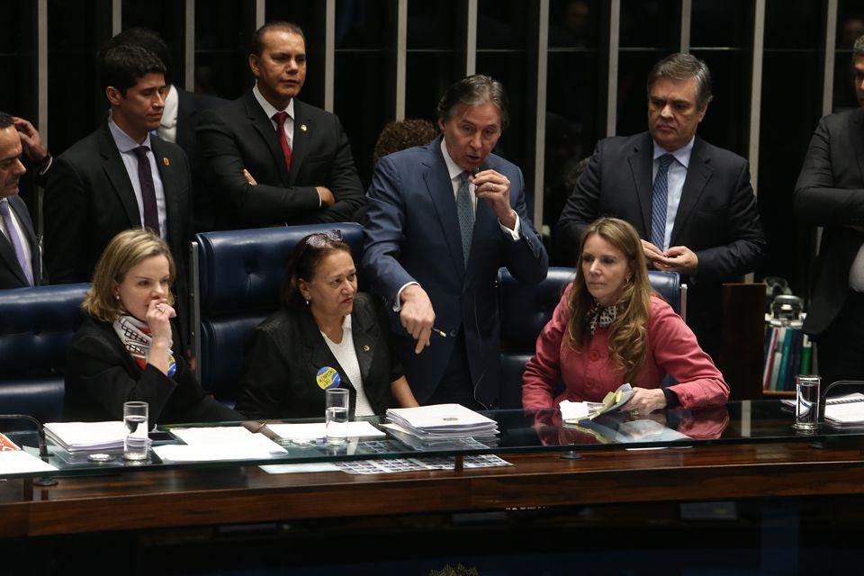 Resultado de imagem para fotos e imagens das senadoras do pt na mesa do senado