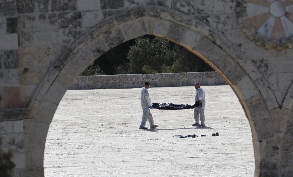 Corpo é visto dentro do santuário / Ammar Awad/Reuters