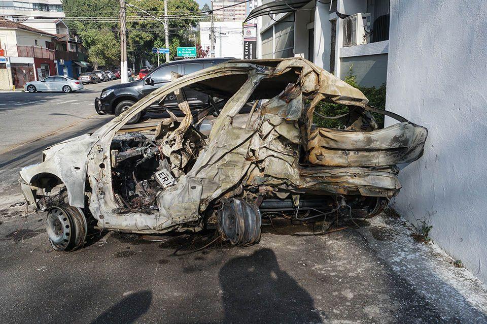 Carro girou com o impacto e pegou fogo imediatamente / Marco Ambrosio/Estadão Conteúdo