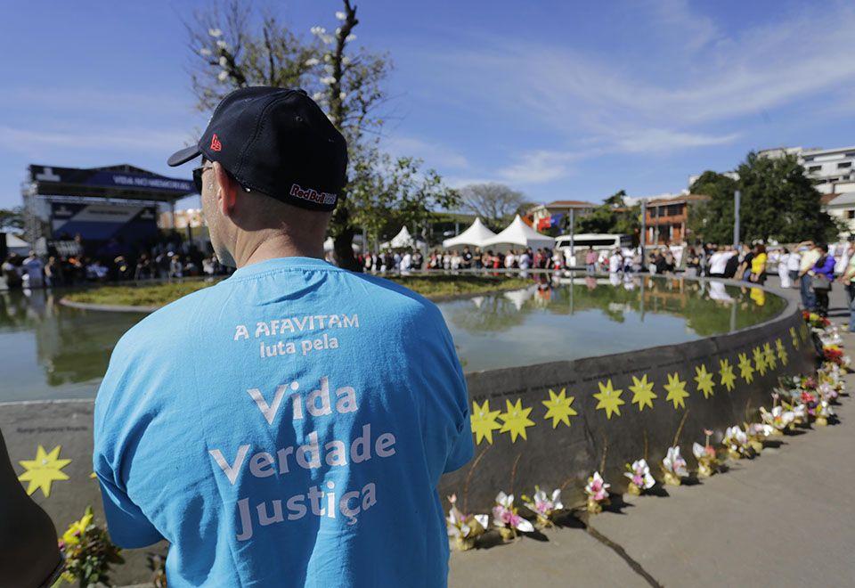 Familiares homenageiam vítimas de acidente da TAM
