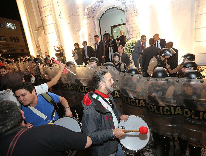 Policiais protegem entrada da igreja / Giuliano Gomes/Estadão Conteúdo