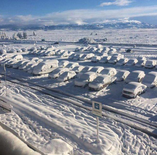 Estacionamento do Aeroporto de Bariloche fotografado neste domingo / iumiratravel/Instagram