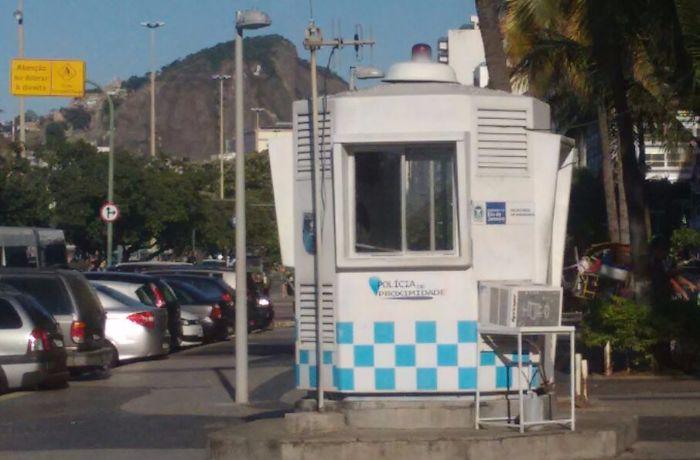 Ouvintes da BandNews FM denunciam cabines da PM vazias na orla de Copacabana. / (Foto: Francini Augusto)
